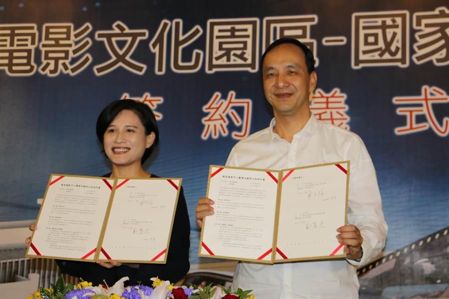 新北市長朱立倫(右)與文化部長鄭麗君(左)今天在市府簽約,共同打造「台灣電影文化園區-國家電影中心」。(孟祥傑攝)