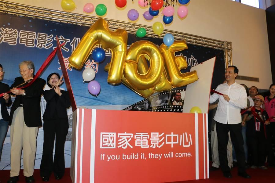 新北市長朱立倫(右)與文化部長鄭麗君(左二)、導演李行(左一)今天在市府剪綵,宣布「台灣電影文化園區-國家電影中心」啟動。(孟祥傑攝)