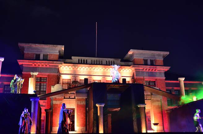 新竹市政府前廣場,晚間化身為史詩戰場舞台。(徐養齡翻攝)