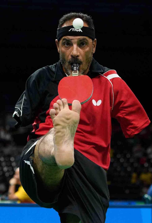 埃及无臂桌球选手汉玛德托9月9日对战德国选手Thomas Rau。(美联社)