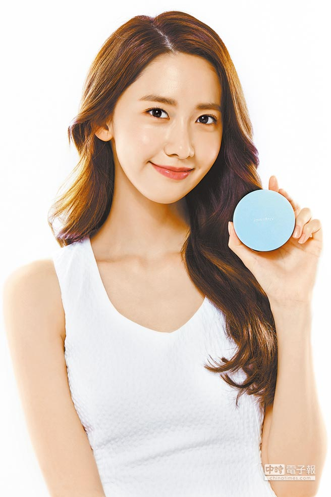 韓國美妝innisfree代言人潤娥,使用超服貼潤澤舒芙蕾粉餅N21展現好膚質。