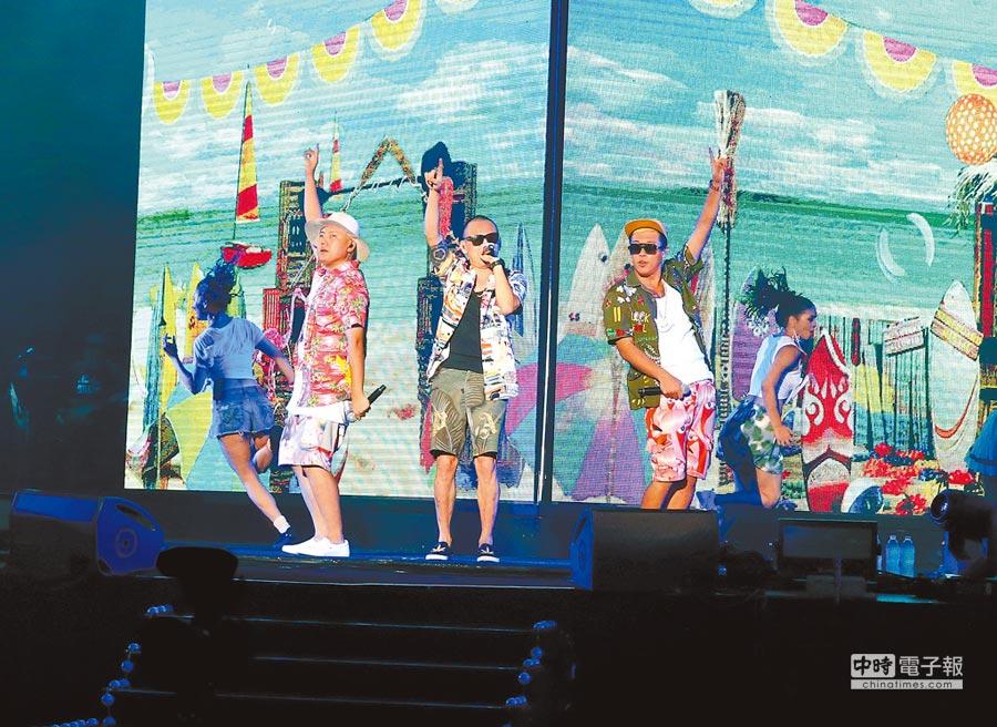 玖壹壹成員洋蔥(左起)、春風、建志斥資千萬辦演唱會,虧錢還是誠意十足。(粘耿豪攝)