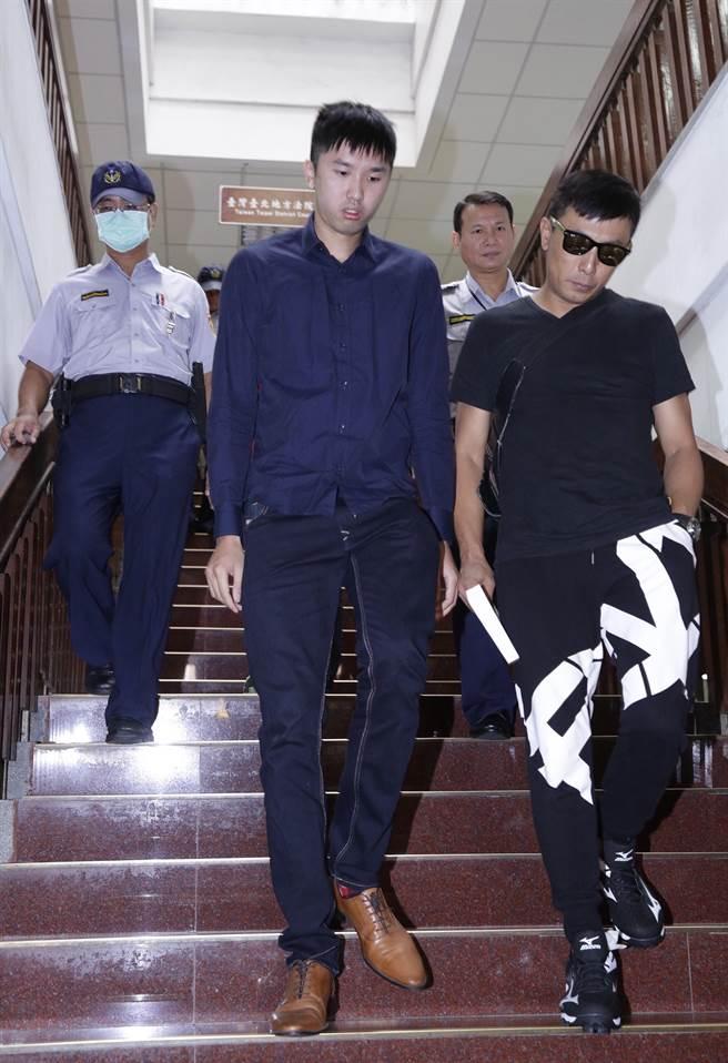 陳皓揚(左)在親友陪同下出庭。(方濬哲攝)