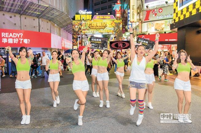 10多位運動美少女扮演夜光仙子,上周六晚間現身西門町廣場,帶領現場民眾一起熱舞,為新光夜跑活動暖身。(新光人壽提供)