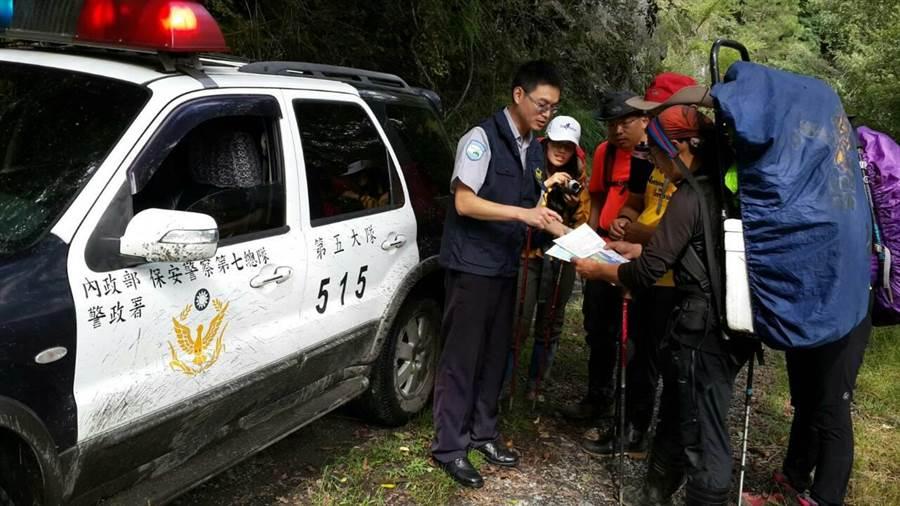 莫蘭蒂颱風來勢洶洶,保七警方12日起陸續上山勸離登山客。(黎薇翻攝)