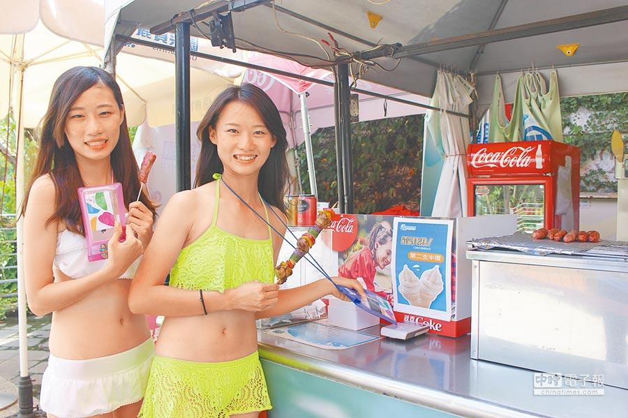2位正妹穿著泳裝持悠遊卡買燒烤,直呼「有夠方便,一卡全搞定!」(陳淑娥攝)
