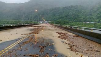 莫蘭蒂帶來強風豪雨 台東鹿鳴橋土石溢流