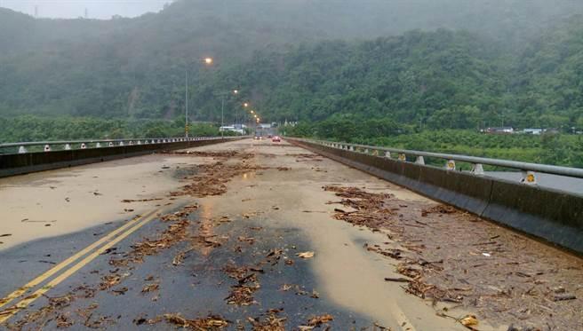 鹿鳴橋上土石溢流,車輛還涉險通過。(關山警分局提供)