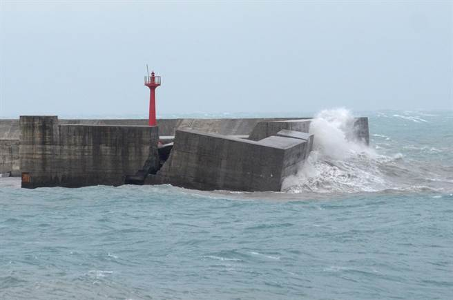 去年蘇迪勒颱風過境後,富岡海堤被打斷傾斜,清晨莫蘭蒂的大浪則將紅色燈塔直接打斷,消失在海裡。(資料照,黃力勉攝)
