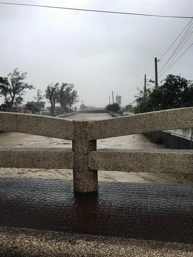 莫蘭蒂颱風來襲,恆春龍鑾橋水面暴漲。(警方提供)