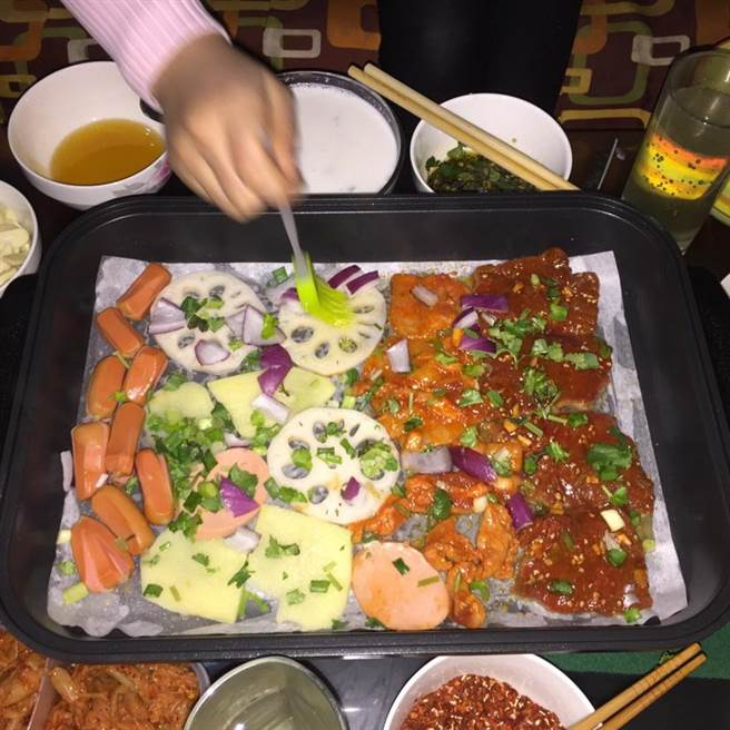 台中市環保局建議烤肉時盡量改用環保木炭、或使用電爐、瓦斯爐,減少煙燻、粒狀物及戴奧辛等有害物質。(台中市環保局提供)