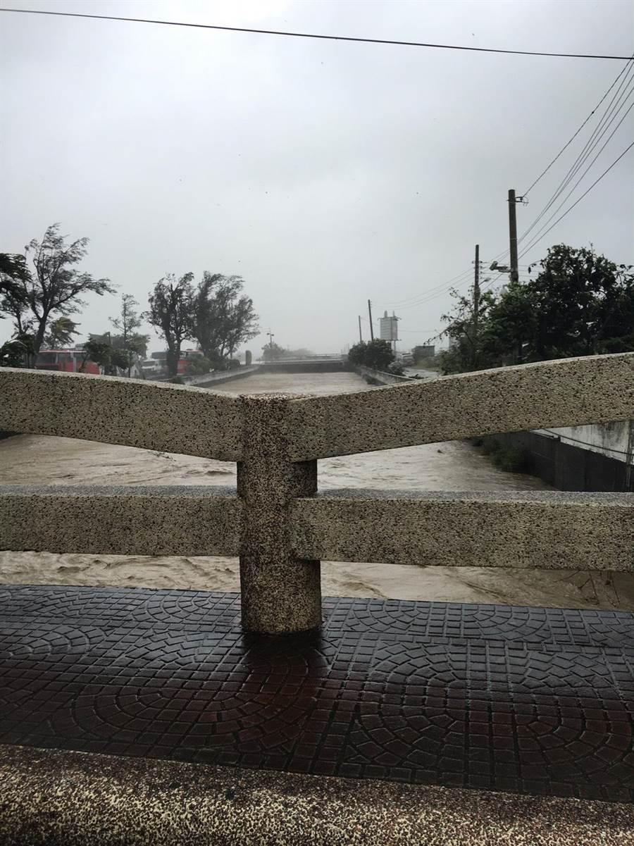 恆春鎮內龍鑾橋水位逼近路面。(周綾昀翻攝)