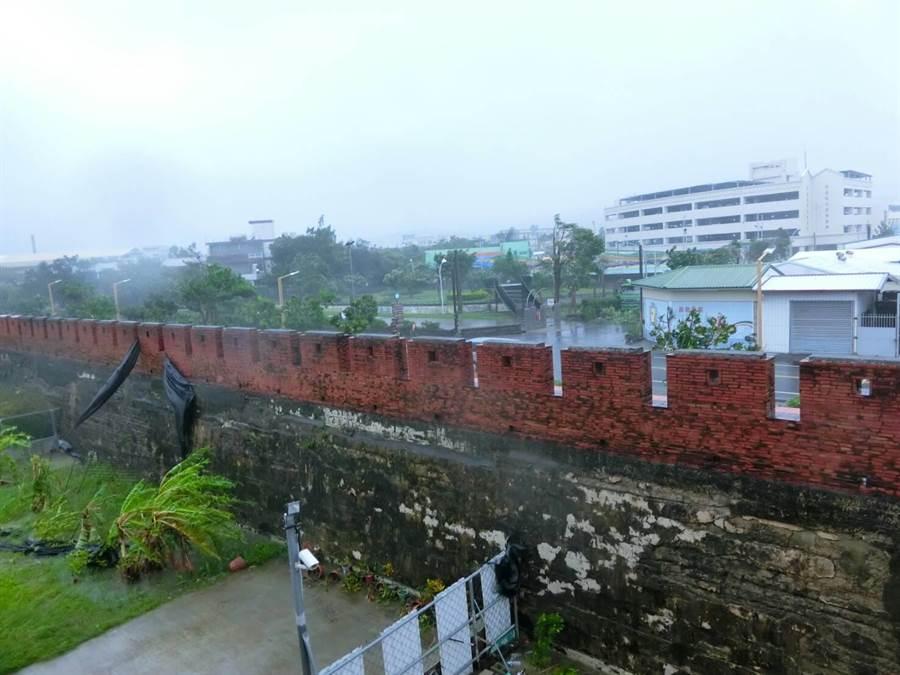 由於風雨強勁,街道上空無一人。(周綾昀攝)