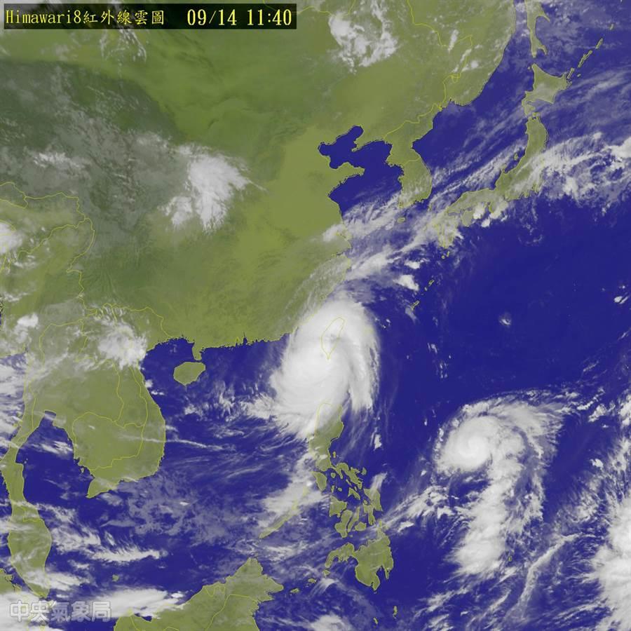 強颱莫蘭蒂14日上午11點40分,中心位在恆春西方約40公里之海面上,以每小時18公里速度向西北移動。(氣象局提供)