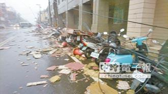 東港狂風肆虐 樹倒壓車又淹水