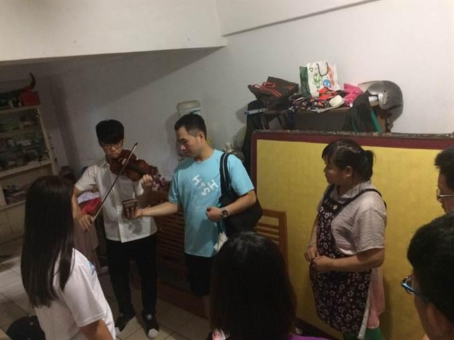 新店高中師生與碧潭派出所警員不畏強颱莫蘭蒂的風雨,關心獨居老人。(葉書宏翻攝)