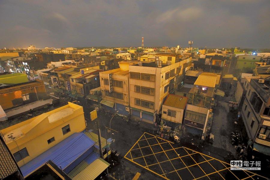 莫蘭蒂強颱14日挾帶強風大雨襲台,高雄市許多地區晚間停電,小港區大林蒲一帶夜晚幾乎漆黑一片。(王錦河攝)