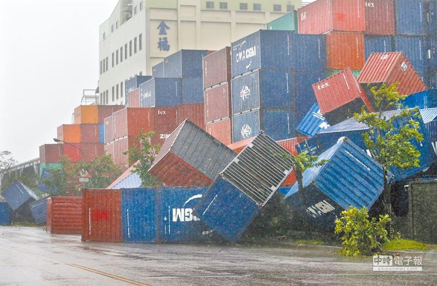 高雄金福路旁的貨櫃堆置場大型貨櫃不敵強風,被吹倒掉落地面。(王錦河攝)