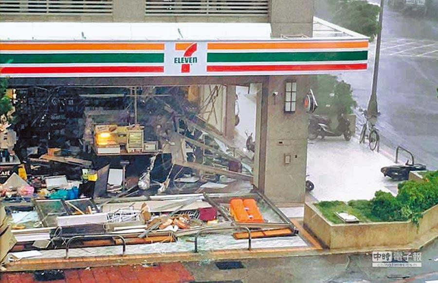 高雄一家超商店面玻璃門窗遭強風整面吹垮,現場一片狼藉。(摘自爆料公社)