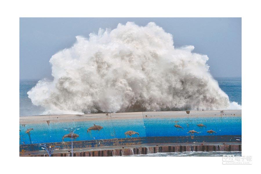 颱風影響,台東富岡港外激起6層樓高大浪,滔天巨浪如核爆般越過堤防,驚心動魄。(莊哲權攝)