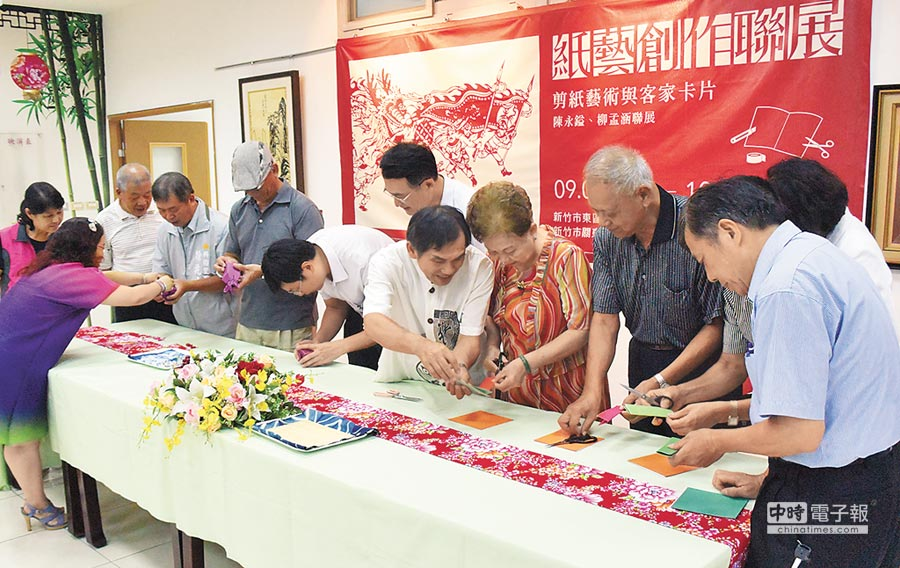 「紙藝創作聯展」14日開幕茶會中,民眾在藝術家帶領下體驗手作。(郭芝函攝)