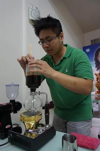 議員服務處飄咖啡香 現煮拉花媲美精品級