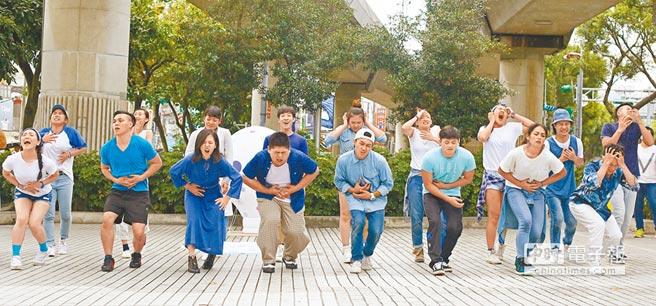 由台北藝術中心籌備處策畫的舞蹈快閃活動,15日在台北捷運劍潭站開跑,舞者活潑逗趣的表演,吸引市民的目光。(張鎧乙攝)