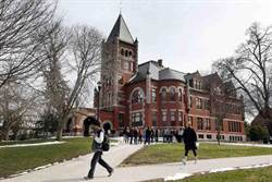 美大學挨批 拿節儉圖書館員百萬捐款買足球記分板