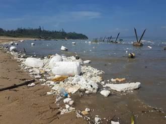 大陸漂來海量保麗龍 金門海灘毀了