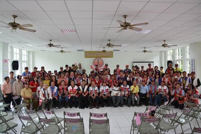 上百名賽夏族人齊聚在五峰鄉上大隘部落活動中心,舉辦民族議會啟動儀式。(莊旻靜攝)