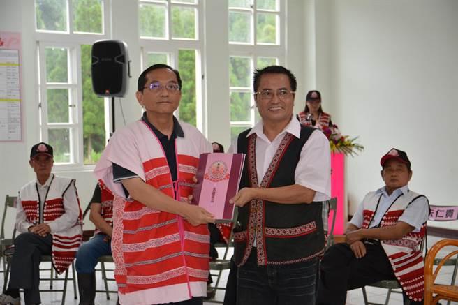 賽夏族今天舉辦民族議會啟動儀式,並將共識宣言遞給原民會副主委鍾興華(左)。(莊旻靜攝)