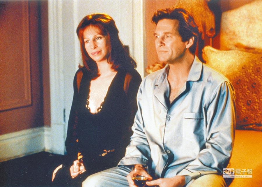 芭芭拉史翠珊(左)自導自演《越愛越美麗》,劇中和傑夫布里吉有一段情。