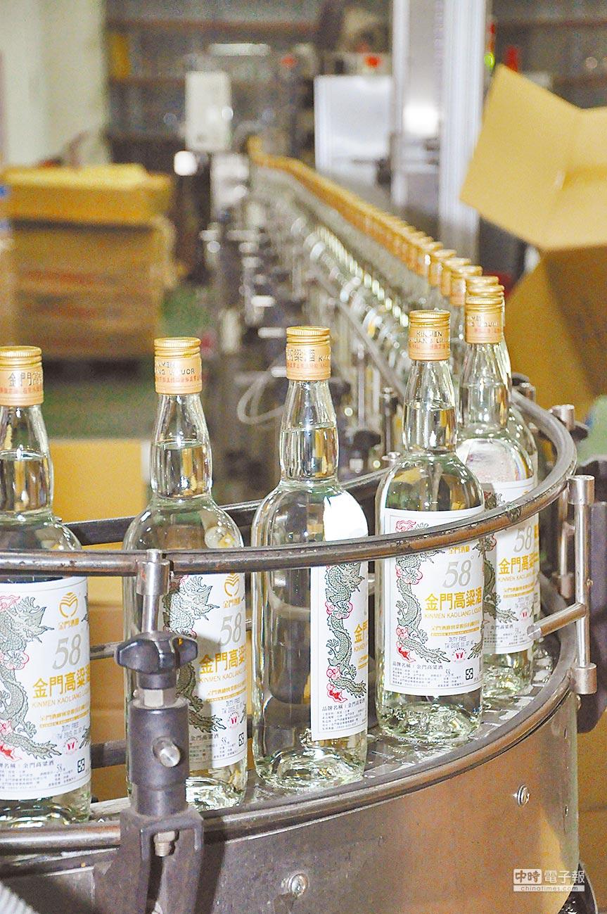 即將出廠的金門高粱酒。(記者林瑞益攝)