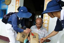 雙颱過境 慈濟送物資應急金助受災戶