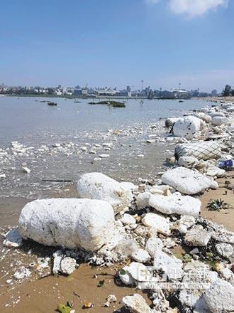 大陸漂來保麗龍 金門海灘「白色恐怖」
