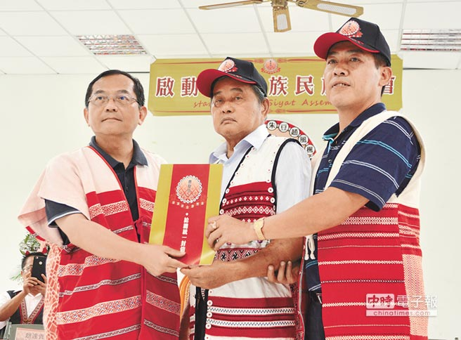 同時將「給總統的一封信」遞給原民會副主委鍾興華(左),將轉達至中央部會。(莊旻靜攝)