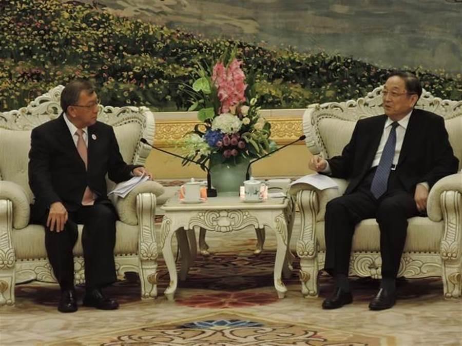 大陸全國政協主席俞正聲(右)18日傍晚會見訪問北京的台灣藍營及無黨籍正副縣市長,強調一中原則反對台獨是大陸底線。(陳君碩攝)