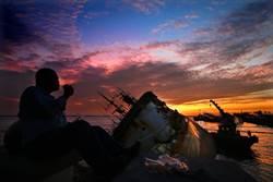 火紅夕陽映照下 擱淺西子灣2漁船瑰麗而蒼涼