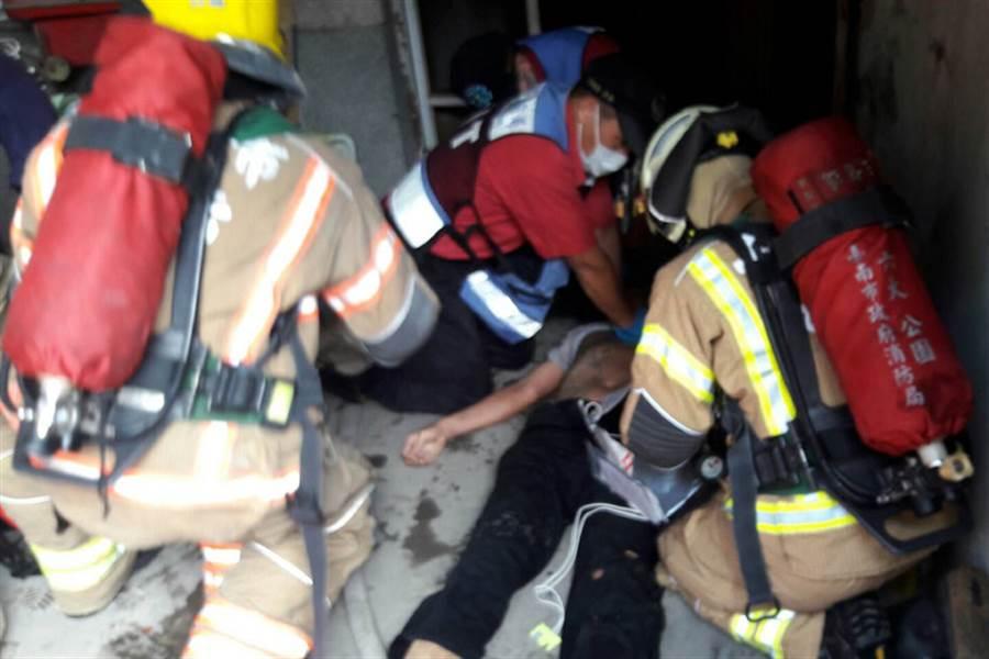 台南市北區一間透天厝建物19日上午傳出火警,1名男子被救出時心肺功能已經喪失,隨後被送醫急救。(翻攝畫面)中央社記者楊思瑞台南傳真 105年9月19日