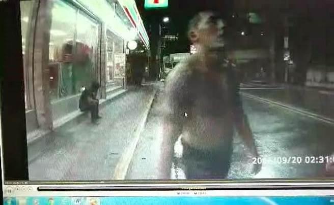 鍾姓男子酒後失態,褪去上衣露出刺青,有如「喪屍」攻擊警察。(李文正翻攝)