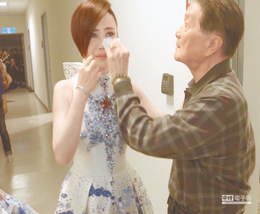江蕙在演唱會後台掉淚,黃義雄(右)為她拭淚。