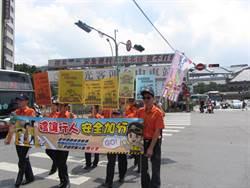 中市警局舉牌宣導 籲車輛禮讓行人優先