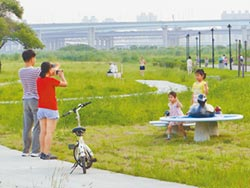 三重鴨鴨公園 布置新家 點綴太陽、雲朵、小船 超萌療癒