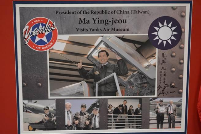 前總統馬英九先生的簽名看板展示在美國航空博物館。(許劍虹攝影)