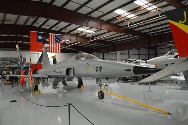 由中華民國空軍所捐贈的F-5E中正號戰機展示於洋基航空博物館,並掛有醒目的中華民國國旗。現在空軍的F-5E戰機陸續將「中正」的字樣給塗銷,可能這架中正號會成為全球少數僅存的中正號。(許劍虹攝影)