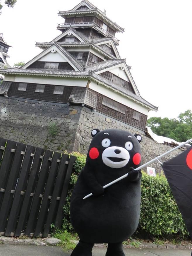 日本九州熊本縣的熊本城震災後重建需費時20年,熊本熊也來為熊本城加油打氣。(黃菁菁攝)