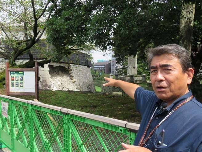 熊本城事務所所長補佐梅田雄介9月中旬向外國記者團說明熊本城的受害情形。(黃菁菁攝)