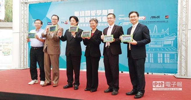 華碩聯合科技總經理林福能(右一)代表出席臺南市雲遊學計畫啟動儀式。圖/業者提供