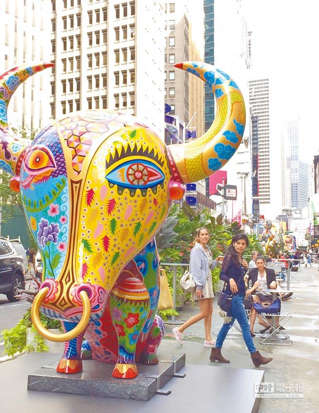 洪易「花漾動物嘉年華」11件動物雕塑分布在曼哈頓第36街至41街之間,雖然紐約步調匆忙,但雕塑色彩繽紛,仍吸引不少路人駐足欣賞。(吳垠慧攝)