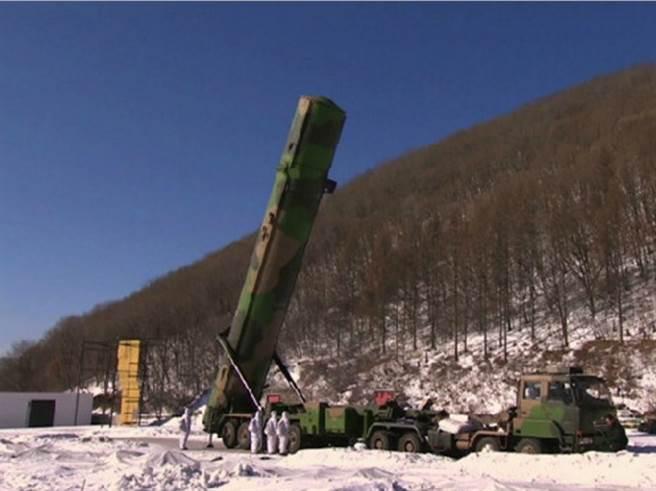 圖為中國火箭軍2月準備試射東風-31彈道飛彈的畫面。(圖/網路)